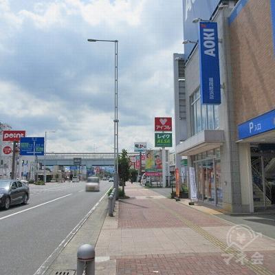 内浜中学校東交差点を越えた付近で、他社の金融看板が確認できます。