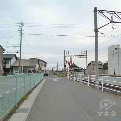 線路沿いに200mほど歩いてください。