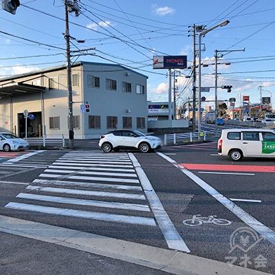 交差点の向こうにプロミスの看板が見えてきますので、横断歩道を渡ります。