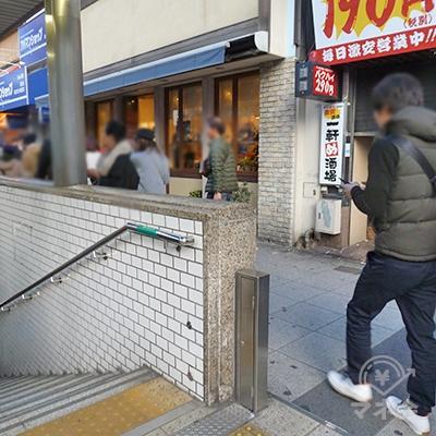 地上に出たら左手にUターン。歩道を歩きます。