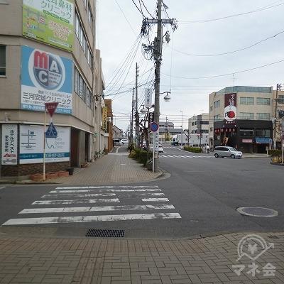 地上へ出たら目の前の道を60mほど直進してください。
