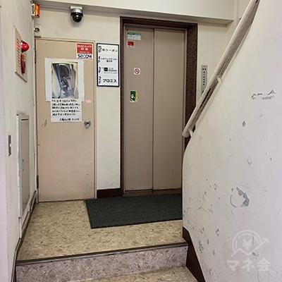 エレベーターで2Fへ向かいましょう。