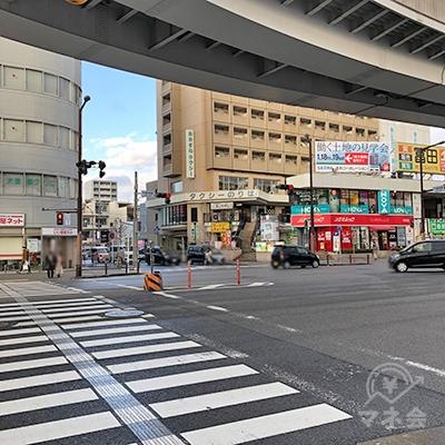 大通りを横断歩道で渡って下さい。