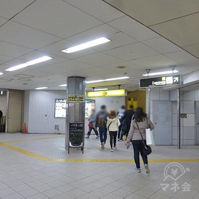 日本橋駅東改札を出て右斜め方向、10番出口に向かいます。