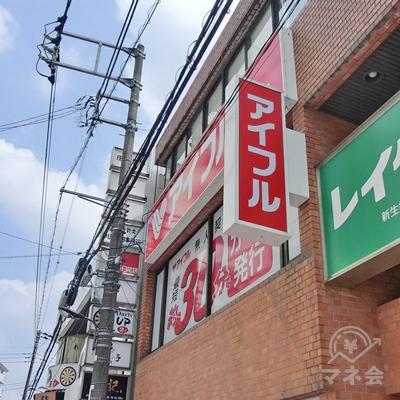 そのまま進むと右手のビルの壁に赤い看板が出てきます。