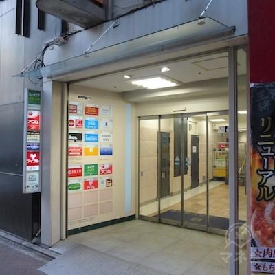ビル入口です。エレベーターで3階へどうぞ。