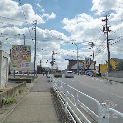 大通りとの交差点が見えてきます。
