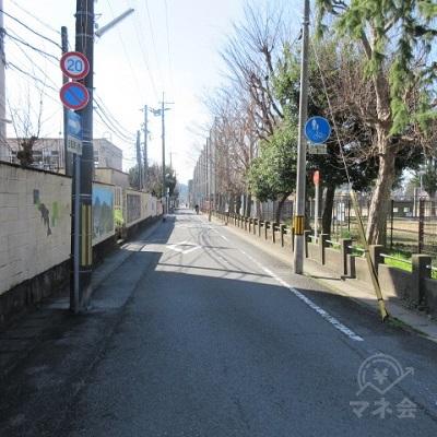 約300m直進します。途中迄、左手に塀(小学校)右手に公園となります。