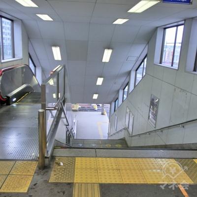 右に曲がったら突き当りを左に階段を下ります。