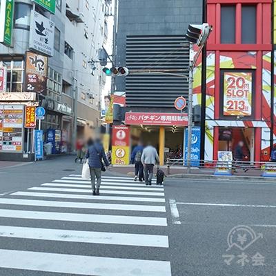 横断歩道を渡ったら、右折します。歩道を進みます。