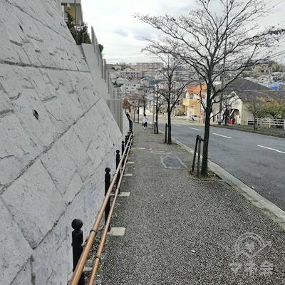 白い石垣の壁沿いを歩きます。