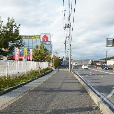国道を右に見ながら、歩道を進みます。歩道はこの先狭くなります。