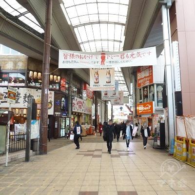 鯛焼き屋の左に続いている商店街を直進します。