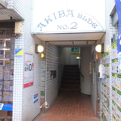 1階不動産屋とタバコ屋の間に入口があります。