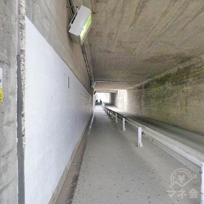 地下道で線路を潜り抜けます。