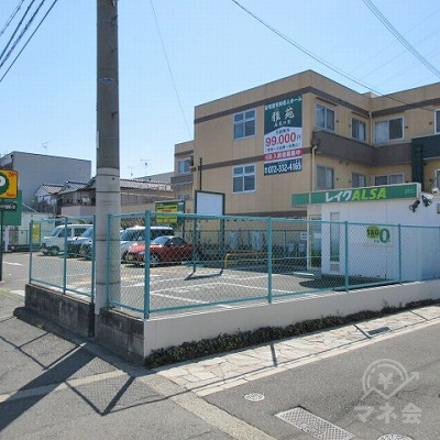 コインパーキングの敷地内にレイクALSAの店舗があります。