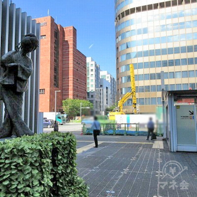 左の銅像を通過します。