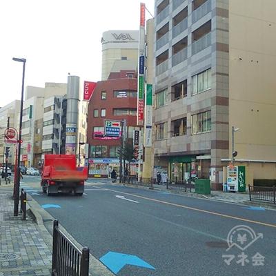 横断の為、左に進み野村證券前の交差点を渡りUターンする。