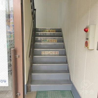 階段で3階にあがります。