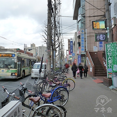 歩道を50mほど歩きます。左の車道は長居公園通です。
