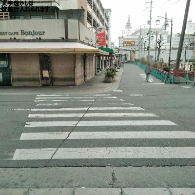 横断歩道を渡り、そのまま直進します。