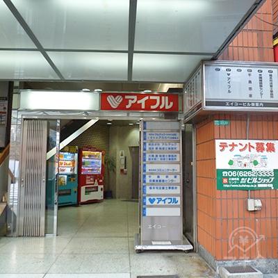 横断歩道を渡り、やや右手にビル入口があります。店舗は3階。