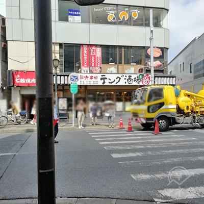 道に沿って歩くと信号があります。渡って右に曲がりましょう。