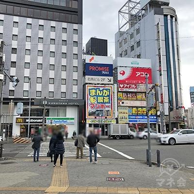 正面右のローソンが入るビルの隣に店舗があります。
