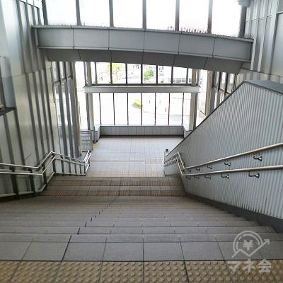 通路を進むと階段があります。