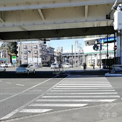 高速道路の下まで来たら、信号を真っすぐ歩き、右を向きます。