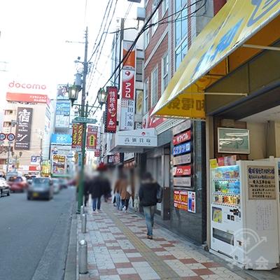 右に赤レンガ風装飾のビルがあり、アイフル店舗に到着です。