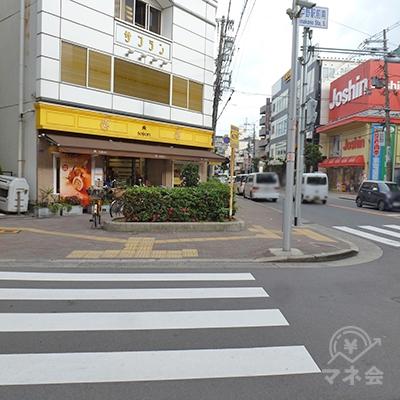 横断歩道を渡って左折、反対側の歩道を戻ります。