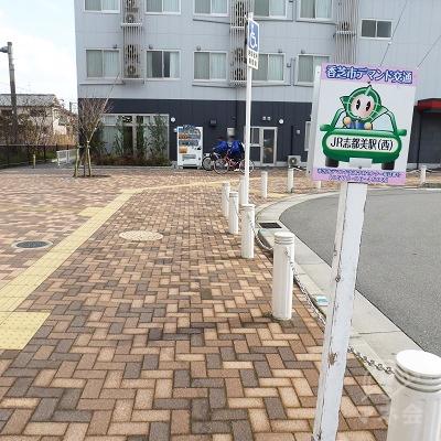 歩道がロータリーに沿って右に曲っていきます。道なりに進みます。