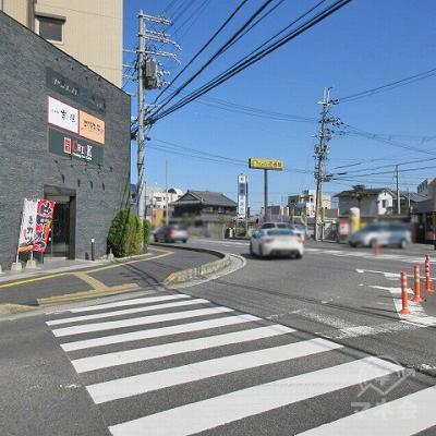 マクドナルドの看板を右手に横断歩道を渡ります。