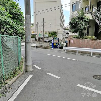 2手に分かれる道があり、左に曲がります。反対側の歩道を歩くと安全です。