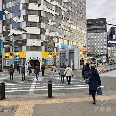 横断歩道を渡り、右斜め方向へ進みます。