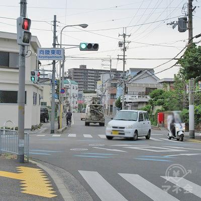 向陵東町交差点を直進し、次の信号で左へ曲がります。
