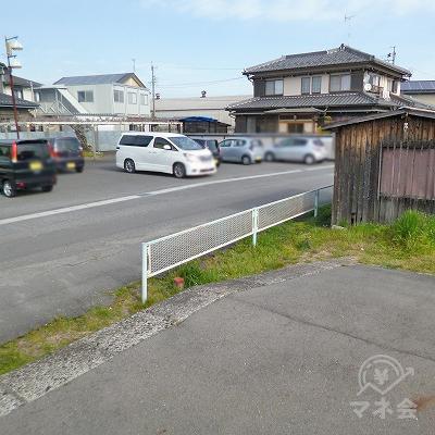 ホームの北端から駅を出て、駅前の道を右方向へ進みます。