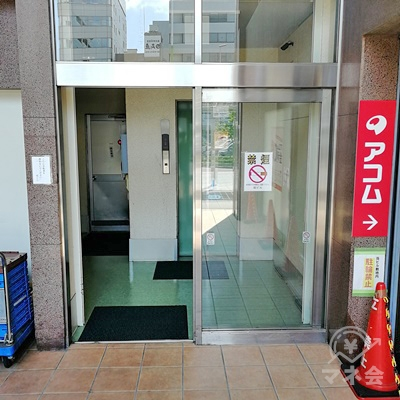 建物の入口に自動ドアがあります。