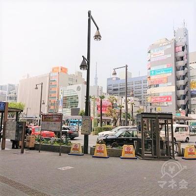 駅前広場からスカイツリー方面にアコムの看板が見えます。