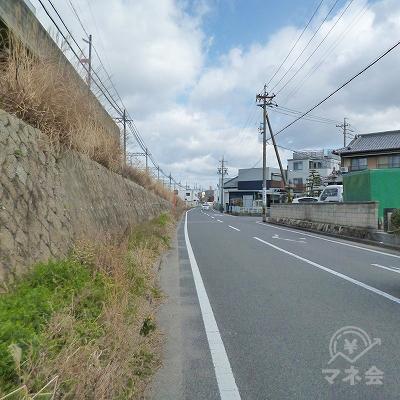 線路をくぐったらすぐに左折し、線路沿いに250mほど歩きます。