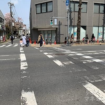 横断歩道を渡ったらさらにまた左の横断歩道を渡ります。