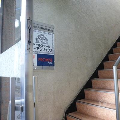 プロミスは2階です。階段で2階にどうぞ。