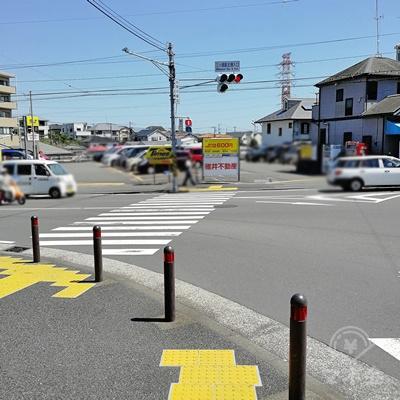 3分ほど直進すると、次の信号に着きます。信号の先に駐車場があります。