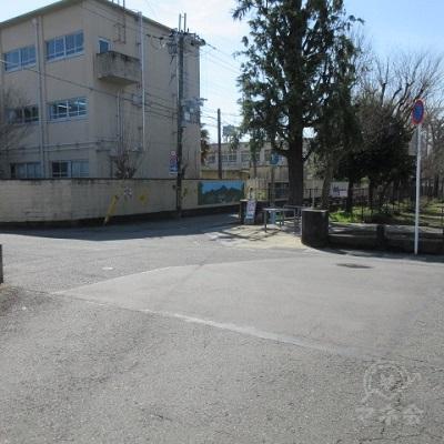 正面に公園があるので斜め左方向に直進します。