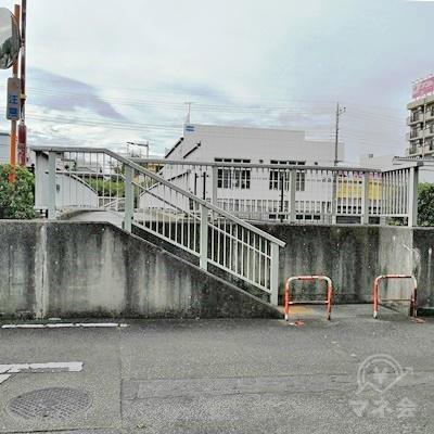 橋があります。右側の階段を上り、橋を渡りましょう。