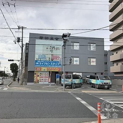 若松産業のグレー色のビルです。東加古川駅前交差点にあります。
