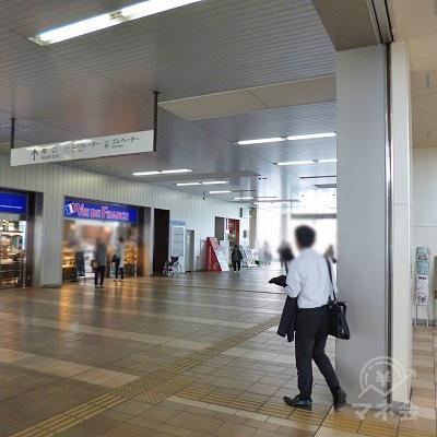 改札を抜けたら右折し、駅構内を進んでください。