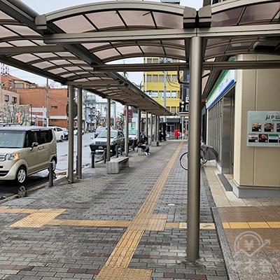 駅沿いの歩道を約50m進みます。