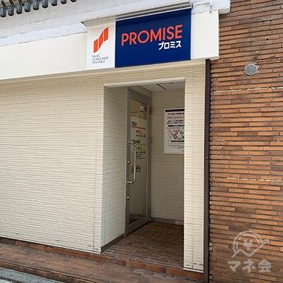 プロミスの入り口は右に回り込んだ所にあります。